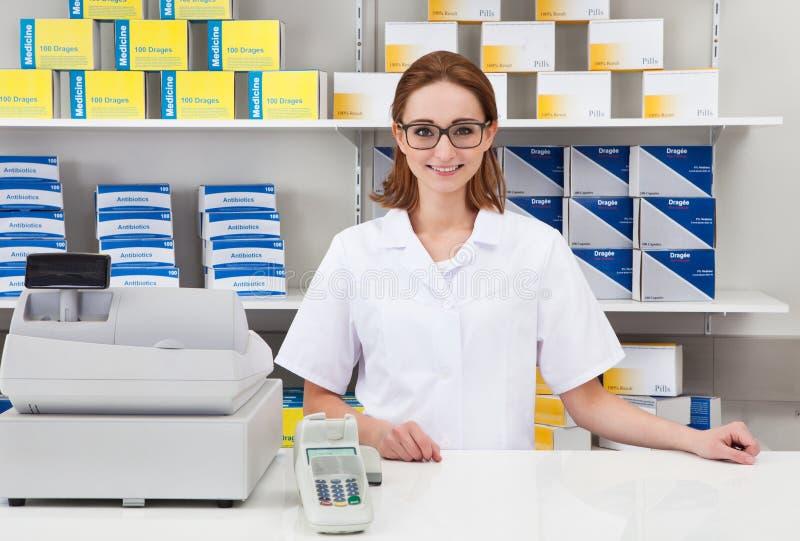 Weiblicher Apotheker in der Apotheke stockfotos