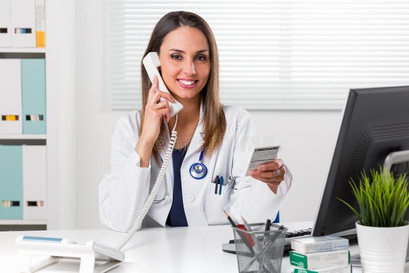 Weiblicher Apotheker, der in der Hand Medizinpaket hält lizenzfreie stockfotografie