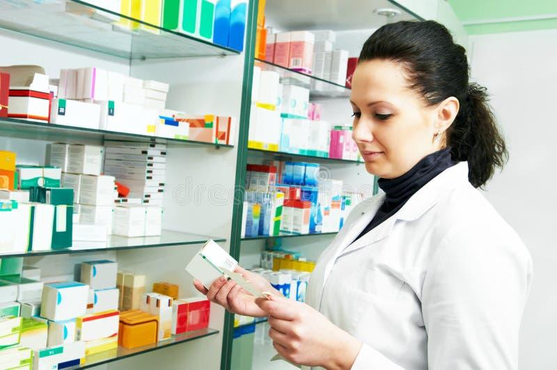 Weiblicher Apotheker mit Verordnung im Drugstore lizenzfreies stockbild