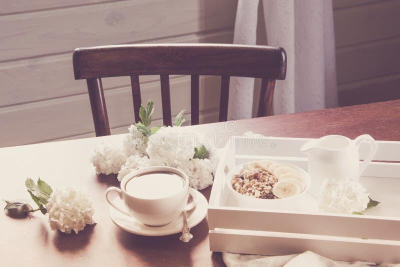Weiblicher Arbeitsplatz Blogger mit Schale schwarzem Kaffee, Anmerkung über Arbeitsholztisch Weicher Fokus Frühstücks-Arbeit es H lizenzfreies stockbild