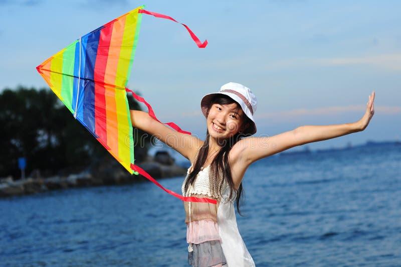 Weiblicher Asien-Mädchen Tourist, der am Strand spielt lizenzfreie stockfotografie
