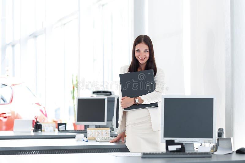 Weiblicher Assistent mit den Dokumenten, die im Büro stehen Foto mit Kopienraum stockfoto