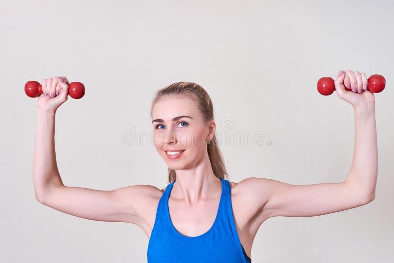 Weiblicher Athlet, der Übung mit Dummkopf tut Konzept der Gesundheit und der Körperpflege stockfoto