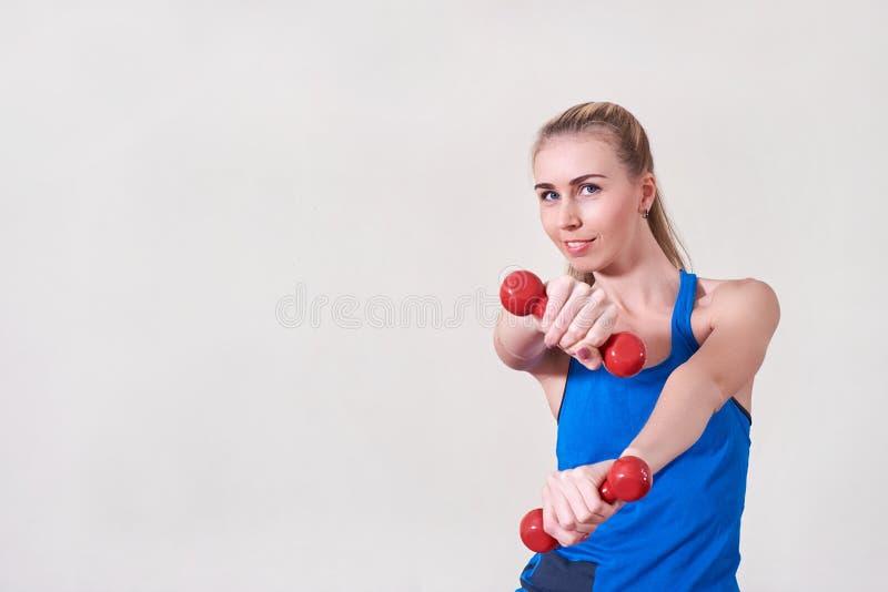Weiblicher Athlet, der Übung mit Dummkopf tut Kopieren Sie Platz Konzept der Gesundheit und der Körperpflege lizenzfreie stockbilder