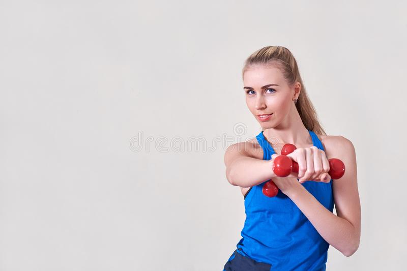 Weiblicher Athlet, der Übung mit Dummkopf tut Kopieren Sie Platz Konzept der Gesundheit und der Körperpflege lizenzfreie stockfotos