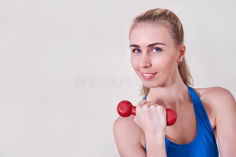 Weiblicher Athlet, der Übung mit Dummkopf tut Kopieren Sie Platz Konzept der Gesundheit und der Körperpflege stockbild