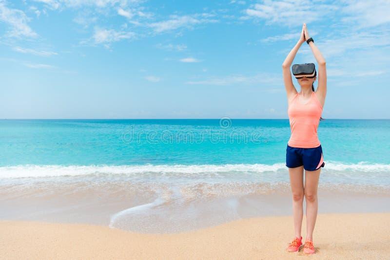 Weiblicher Athlet, der den Schwimmer vorbereitet Lage macht stockfoto