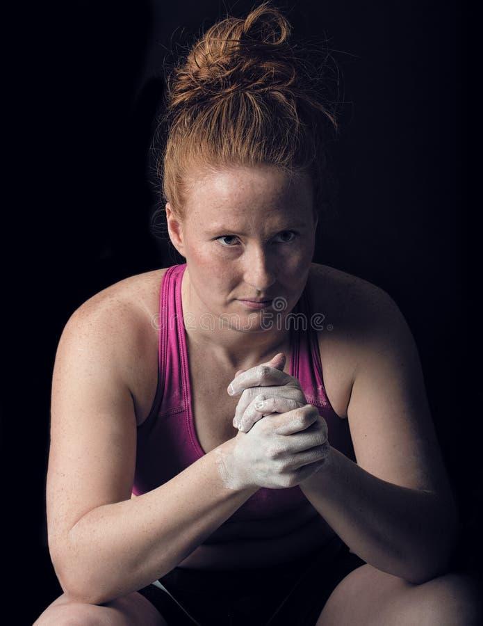 Weiblicher Athlet Sitting Thinking Geistesstärke, die Fokus-Blick vorbereitet lizenzfreies stockbild