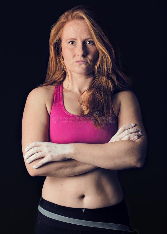 Weiblicher Athlet Sport-Frauen-dunkles kiesiges Stärke-u. Bestimmungs-Klettern lizenzfreie stockfotos