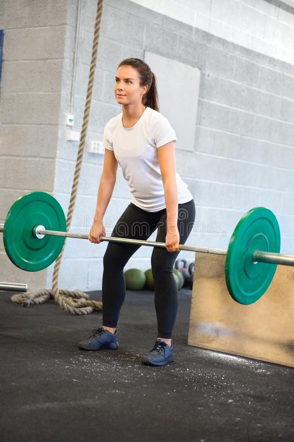 Weiblicher Athlet Weightlifting With Barbell im Fitnessstudio lizenzfreie stockbilder