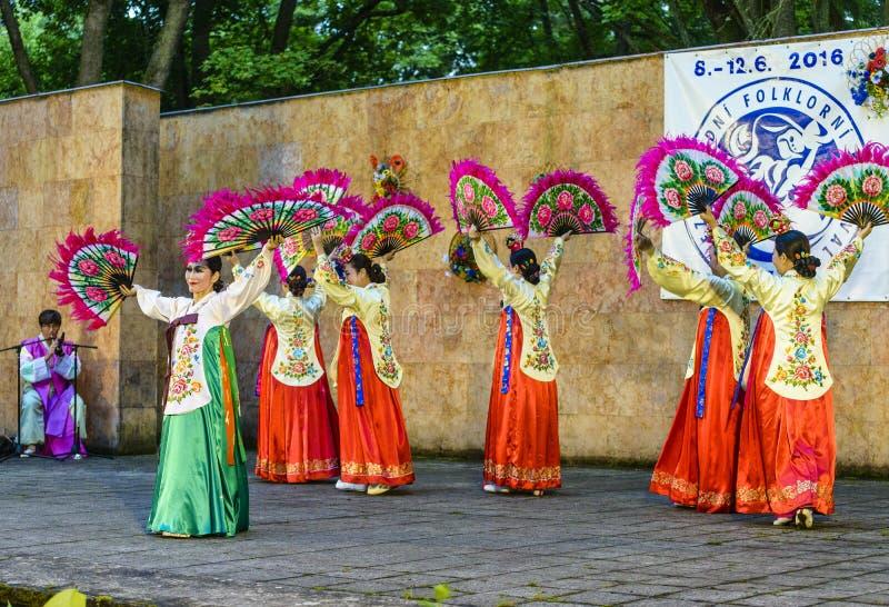 Weiblicher Ausführender des traditionellen koreanischen Tanzes lizenzfreie stockfotos