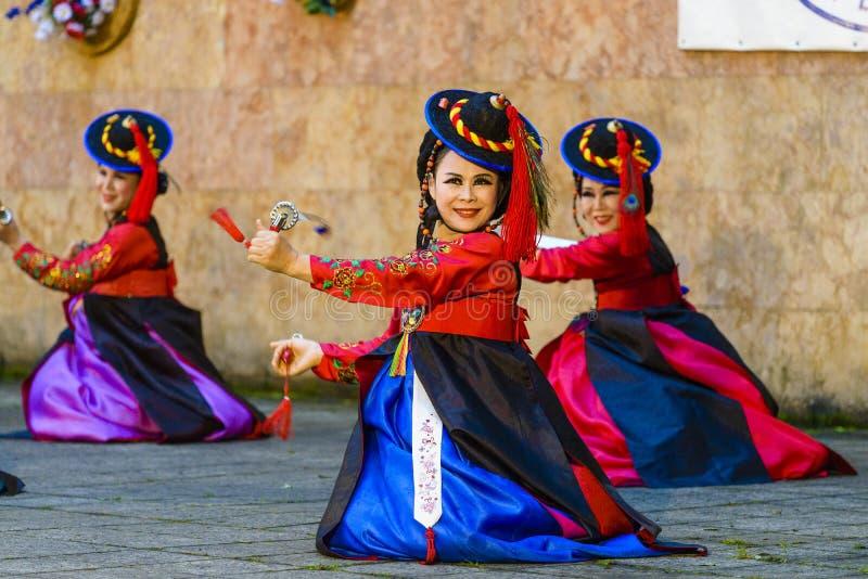 Weiblicher Ausführender des traditionellen koreanischen Tanzes stockfotografie