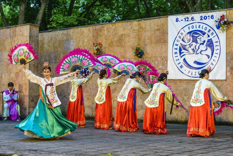 Weiblicher Ausführender des traditionellen koreanischen Tanzes lizenzfreies stockbild