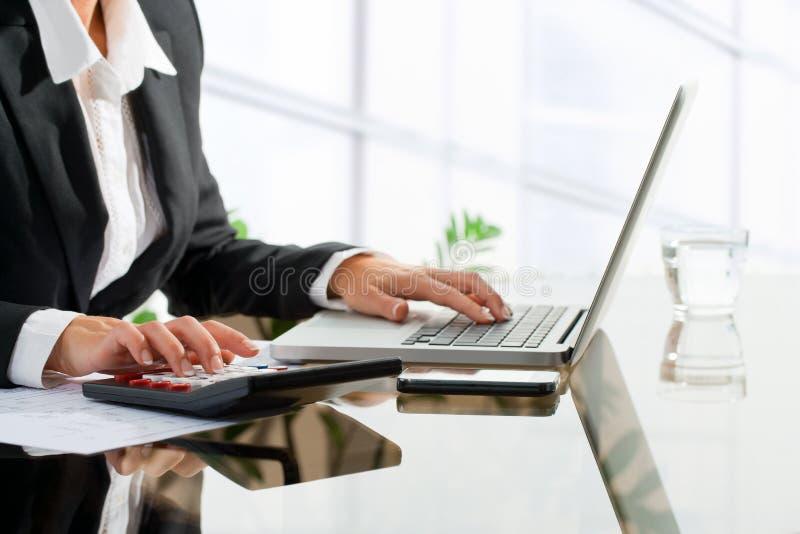 Weiblicher Büroangestellter, der Buchhaltung tut. lizenzfreie stockfotos