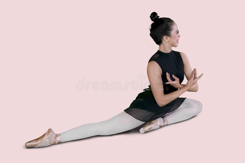 Weiblicher Balletttänzer, der Tanzübungen tut stockfotos