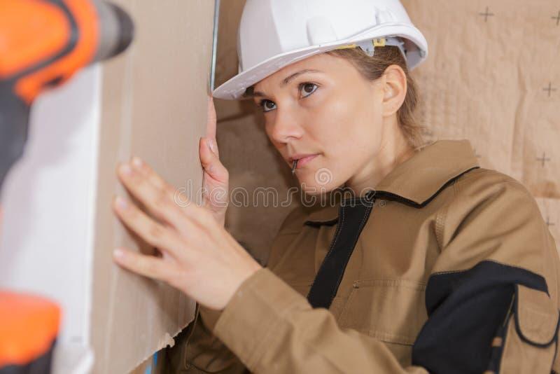 Weiblicher Bauarbeiter auf Baustelle stockfotos