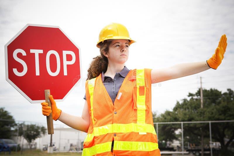 Weiblicher Bauarbeiter Directs Traffic lizenzfreie stockfotos