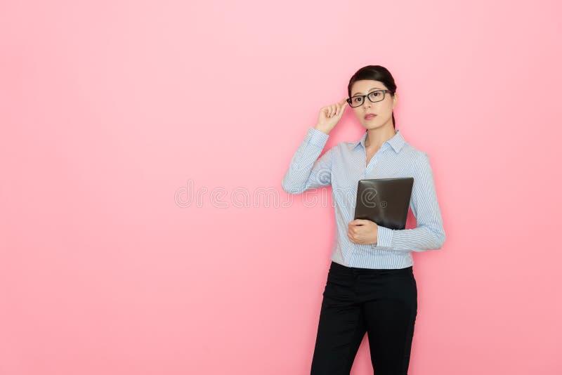 Weiblicher Berater der Junge recht, der mobile Auflage hält stockfoto