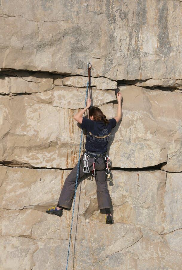 Weiblicher Bergsteiger lizenzfreie stockbilder