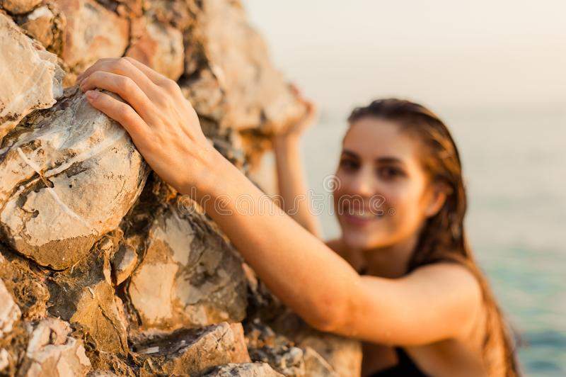 Weiblicher Bergsteiger lizenzfreie stockfotos
