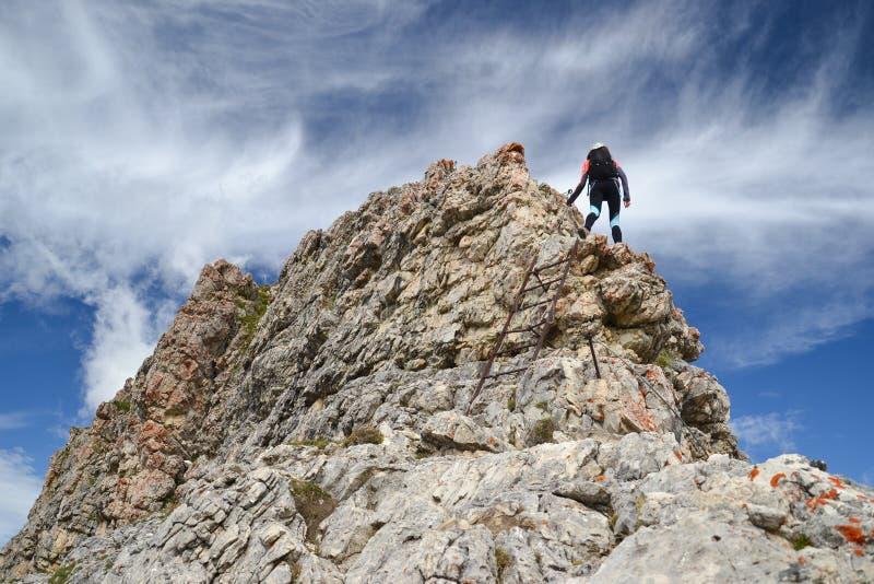 Weiblicher Bergsteiger auf Dolomit-Bergen stockbild