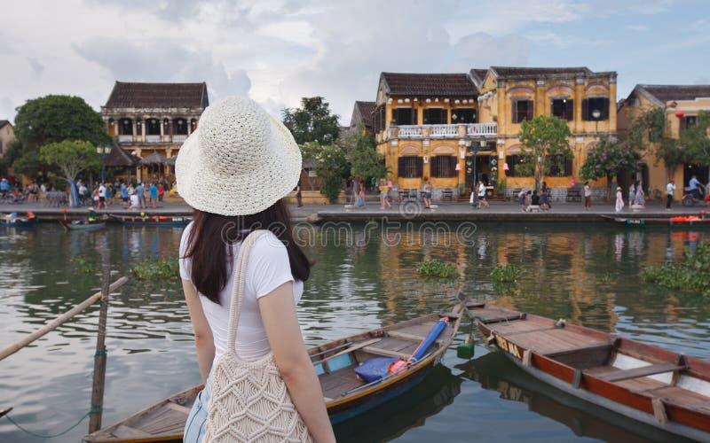 Weiblicher Besucher bei Hoi An, Vietnam stockfotografie