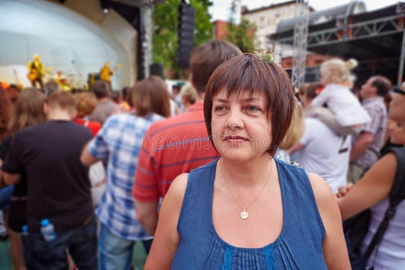 Weiblicher Besucher des Konzerts stockfotografie
