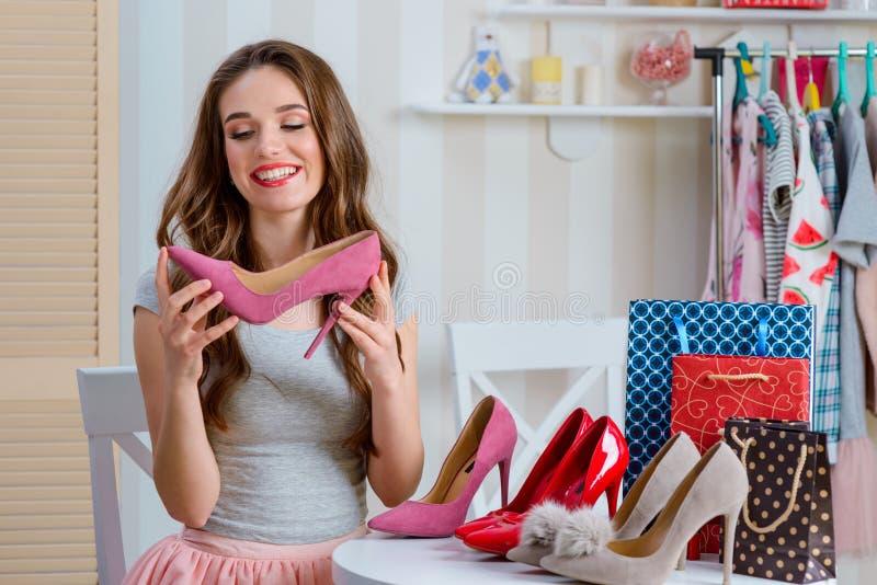 Weiblicher Blogger, der rosa Schuhe bewundert lizenzfreie stockfotografie