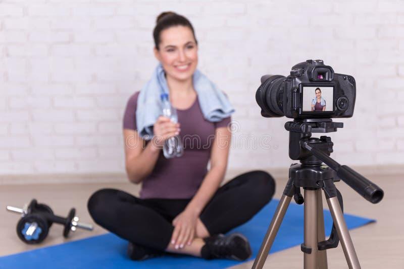 Weiblicher Blogger, der zu Hause neues Video über Sport herstellt lizenzfreie stockbilder