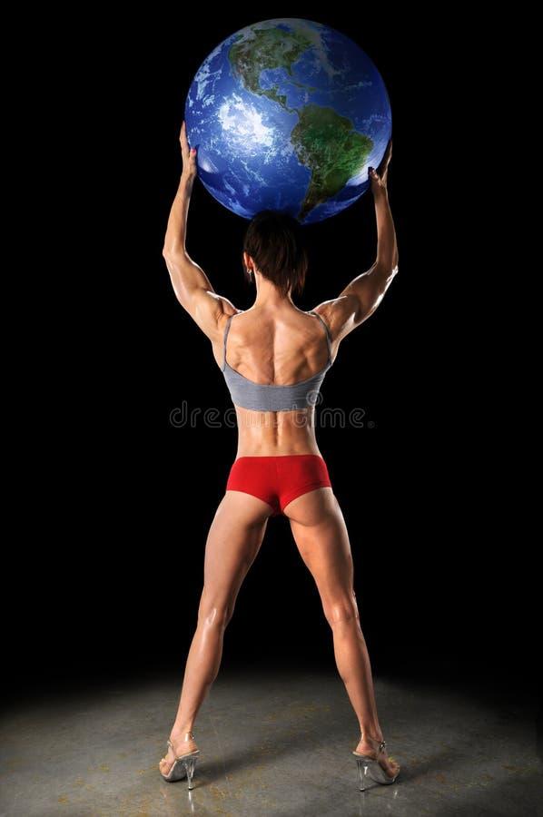 Weiblicher Bodybuilder-anhebende Erde lizenzfreies stockbild
