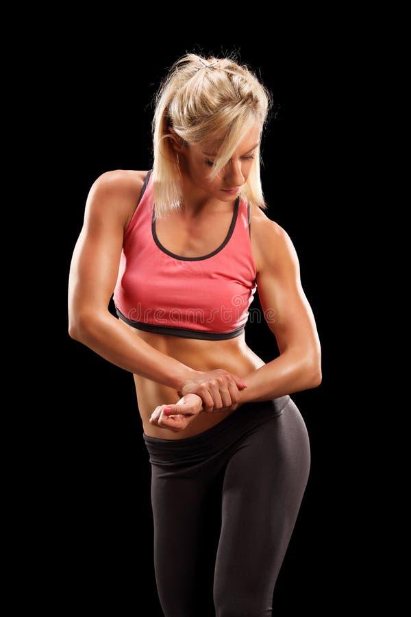 Weiblicher Bodybuilder, der Muskeln zeigt stockfoto