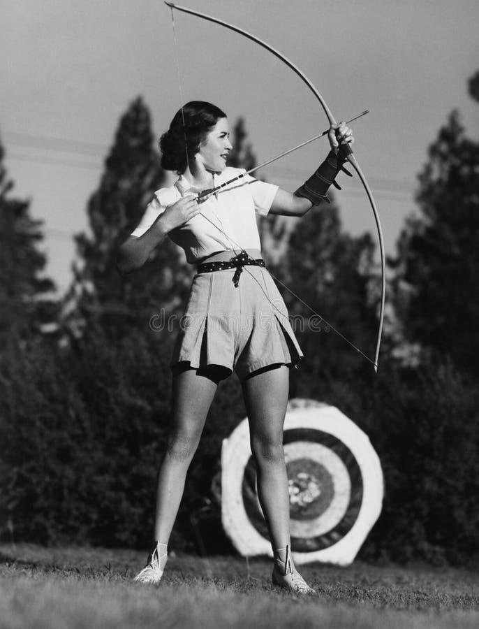 Weiblicher Bogenschütze (alle dargestellten Personen sind nicht längeres lebendes und kein Zustand existiert Lieferantengarantien lizenzfreies stockfoto