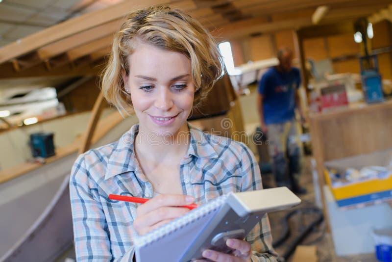 Weiblicher Bootsauftragnehmer, der Kostenvoranschlag tut lizenzfreies stockfoto