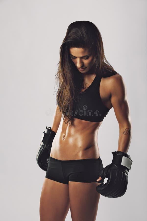 Weiblicher Boxer mit Boxhandschuhen lizenzfreie stockfotografie