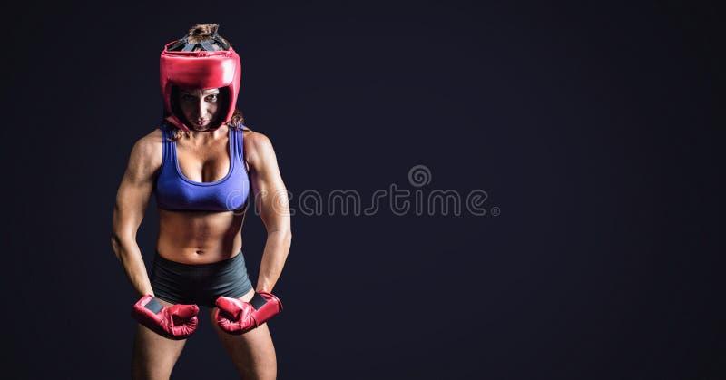 Weiblicher Boxer mit leerem dunklem Hintergrund lizenzfreie stockfotografie