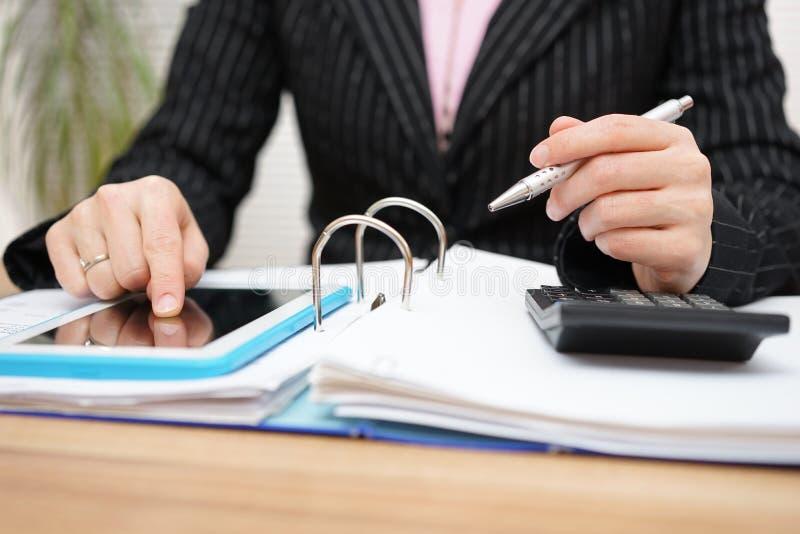 Weiblicher Buchhalter, der Unterstützung auf Tabletten-PC verwendet, Arbeit abzuschließen lizenzfreie stockfotografie