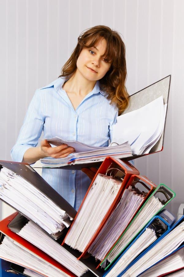 Weiblicher Buchhalter und Finanzunterlagen lizenzfreie stockfotos
