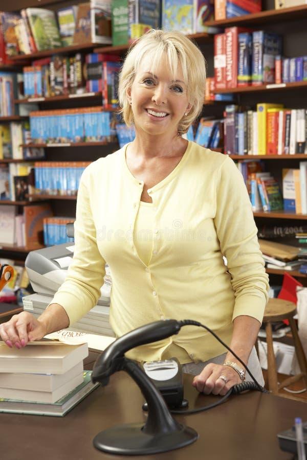 Weiblicher Buchhandlungseigentümer stockbilder