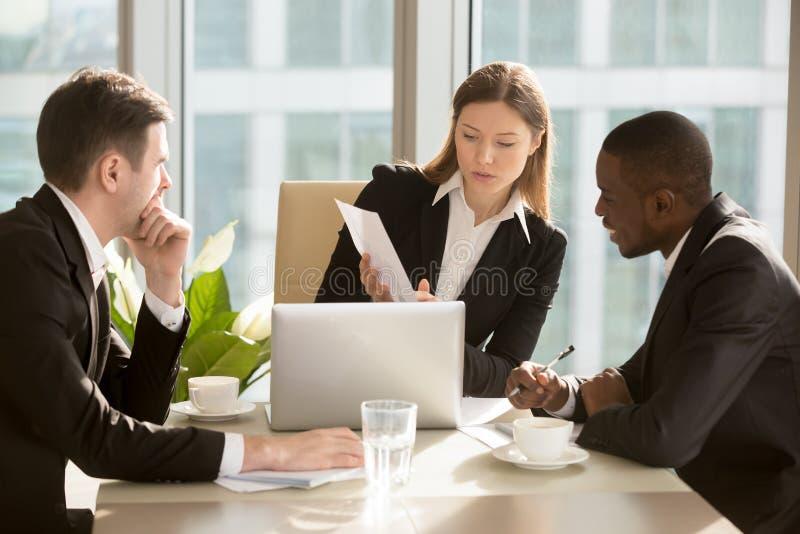 Weiblicher CEO, der Abkommenfinanzielle vorausschauen erklärt stockbilder