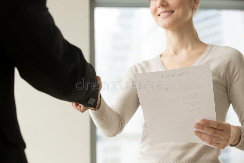 Weiblicher CEO, der Partner mit gutem Abkommen beglückwünscht stockbilder