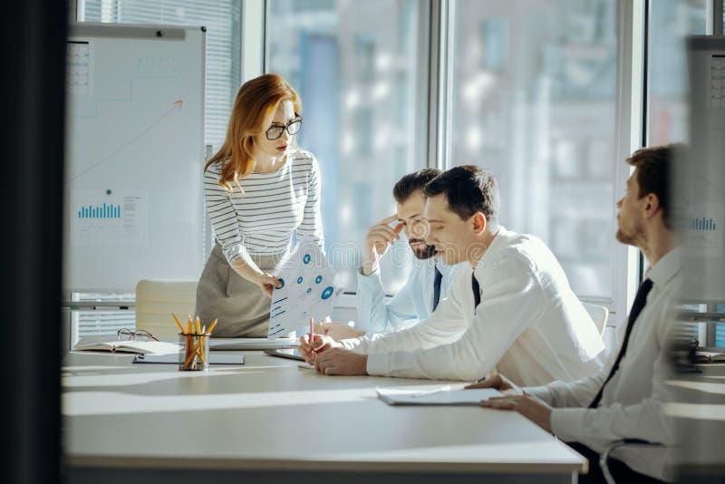 Weiblicher Chef, der ihre Angestellten für Fehler in der Arbeit verurteilt lizenzfreies stockfoto