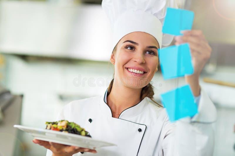 Weiblicher Chef in der Küche lizenzfreies stockfoto