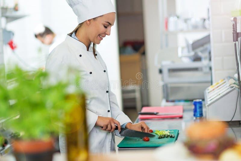 Weiblicher Chef in der Küche stockbilder