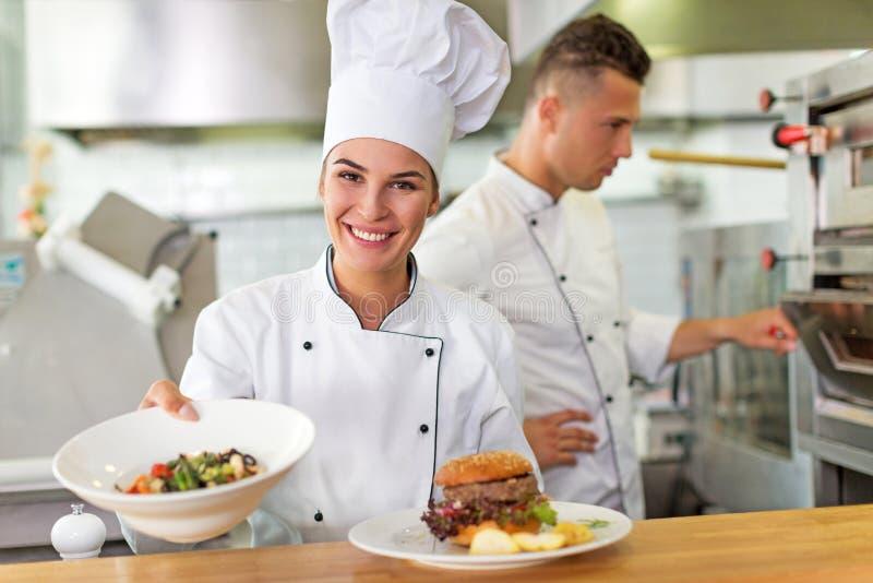 Weiblicher Chef in der Küche stockbild