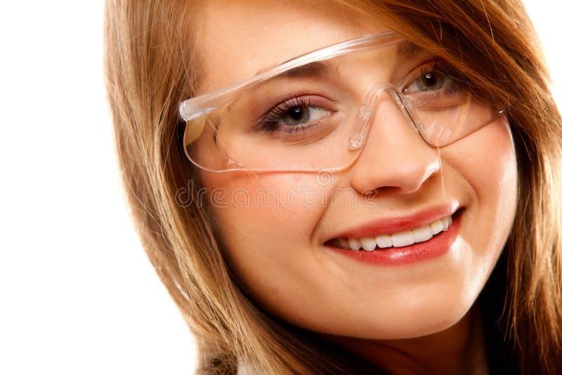 Weiblicher Chemiker des Porträts, der die Gläser lokalisiert verwendet lizenzfreies stockbild