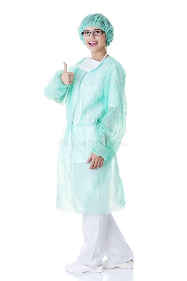 Weiblicher Chirurg oder Krankenschwester, die O.K. gestikulieren lizenzfreie stockfotos