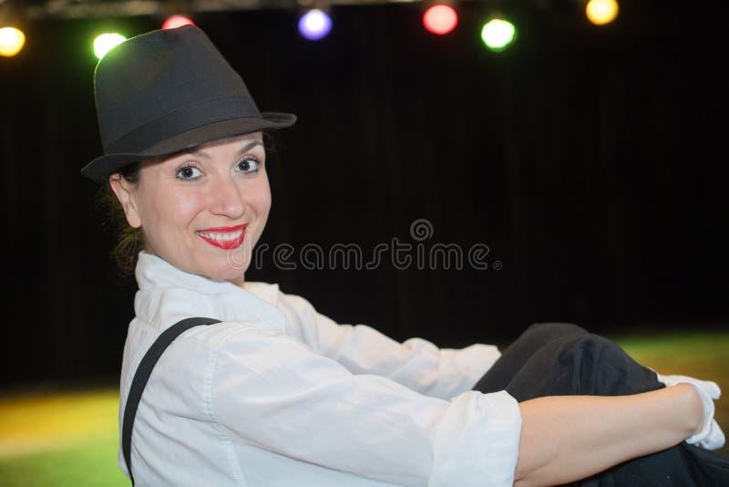 Weiblicher Clown, der am Stadium durchführt lizenzfreies stockbild