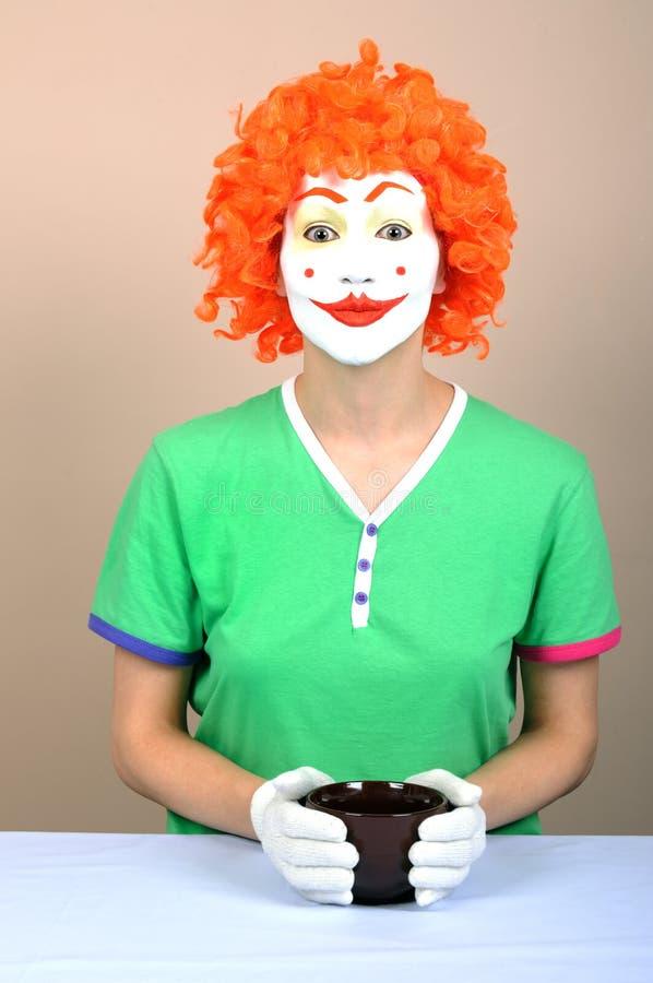 Weiblicher Clown mit Cup stockfotos