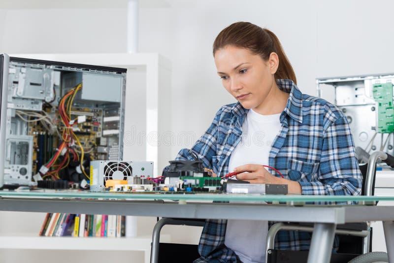 Weiblicher Computertechniker bei der Arbeit lizenzfreie stockfotografie