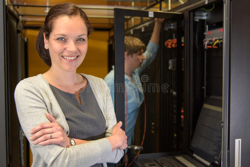 Weiblicher datacenter Manager lizenzfreies stockbild
